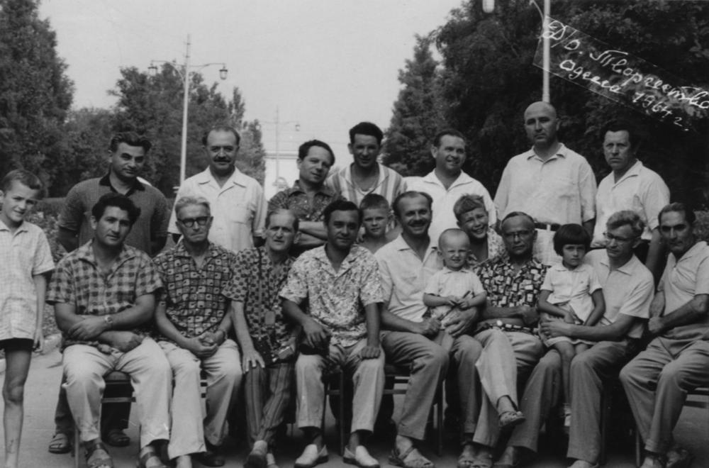 5.Одесса 1964. Ефим третий слева (второй ряд) вместе с писателями Украины.
