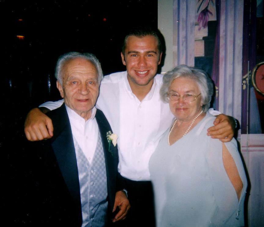 12.Внук Андрей с дедом Ефимом и бабушкой Галочкой. 5 сентября 2003 перед Cашиной свадьбой.