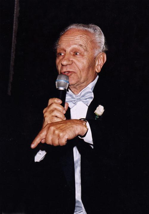 11.Ефим произносит речь на свадьбе внучки Сашеньки.